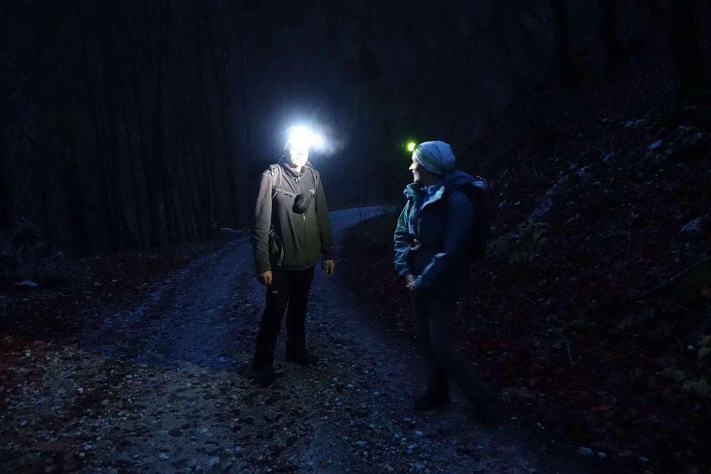 Den letzten Teil gehen wir mit Stirnlampen