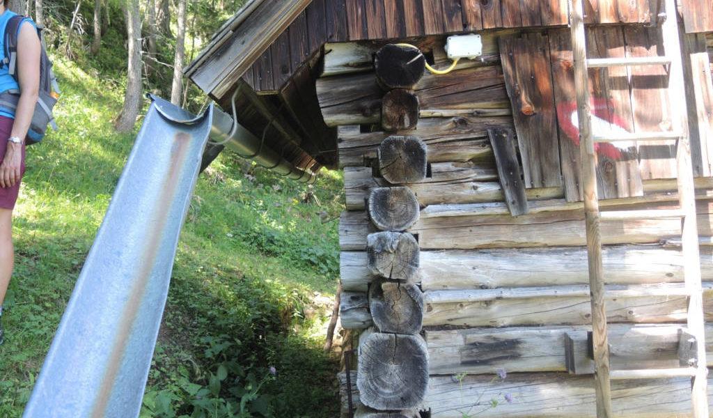 Leicht zu übersehen: Die Markierung auf der Außenwand der Hütte. | Foto: Johannes Reinprecht