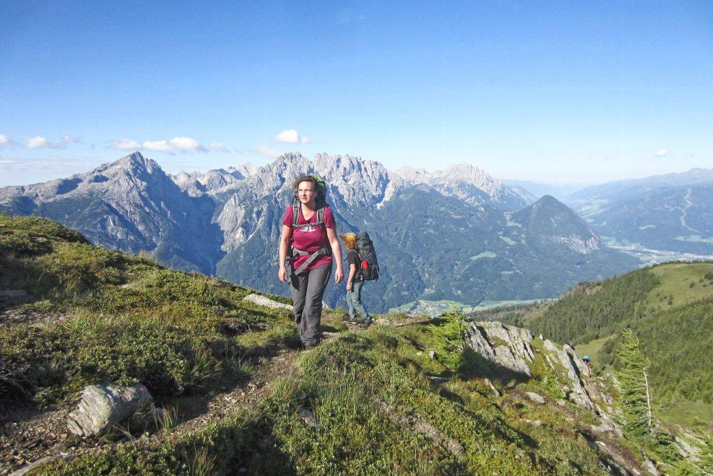 Aufstieg mit Blick auf die Lienzer Dolomiten. Foto: Petra Jens