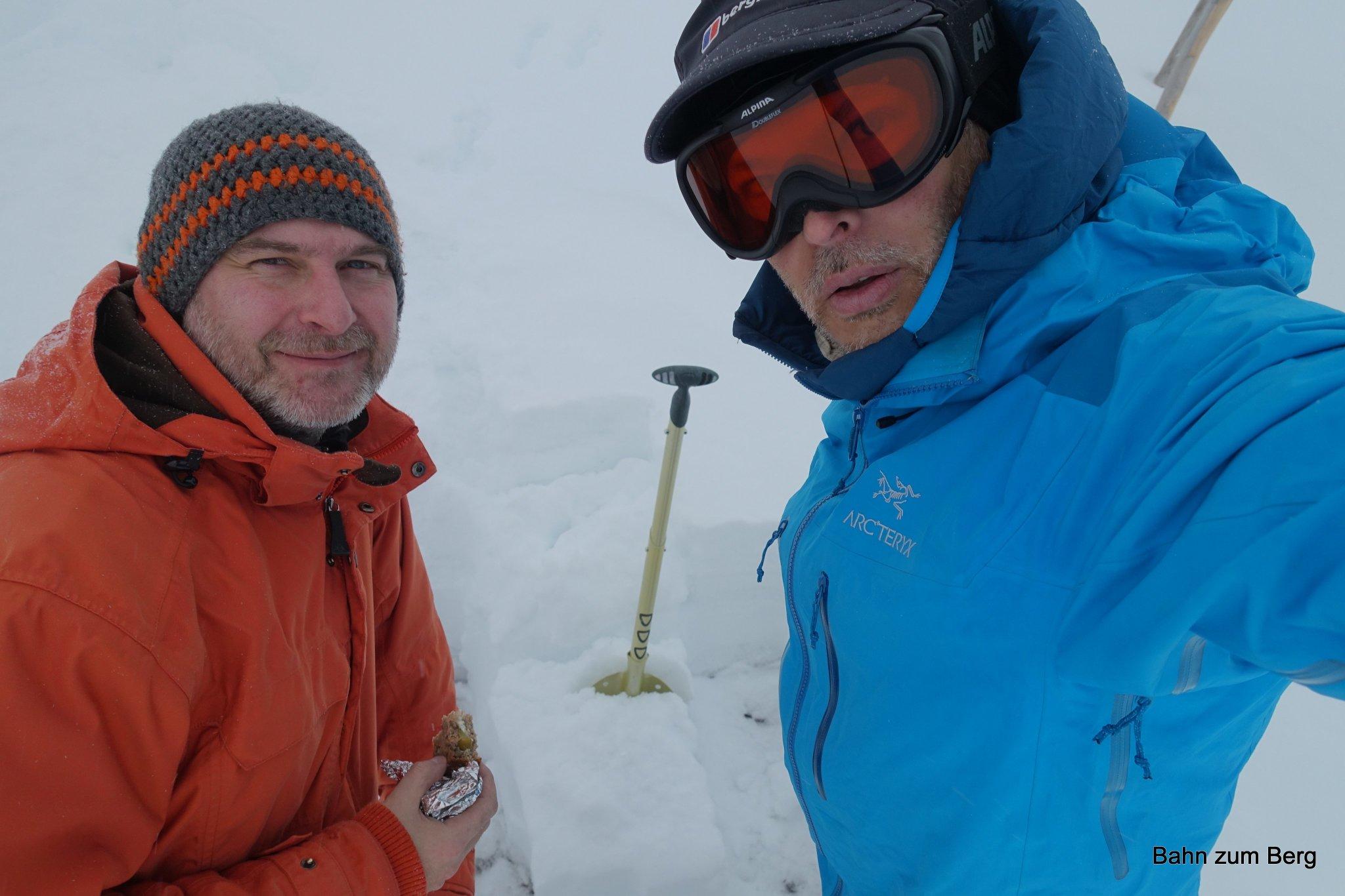 Didi und ich schauen uns in der Pause den durchgefrorenen Schnee genauer an.