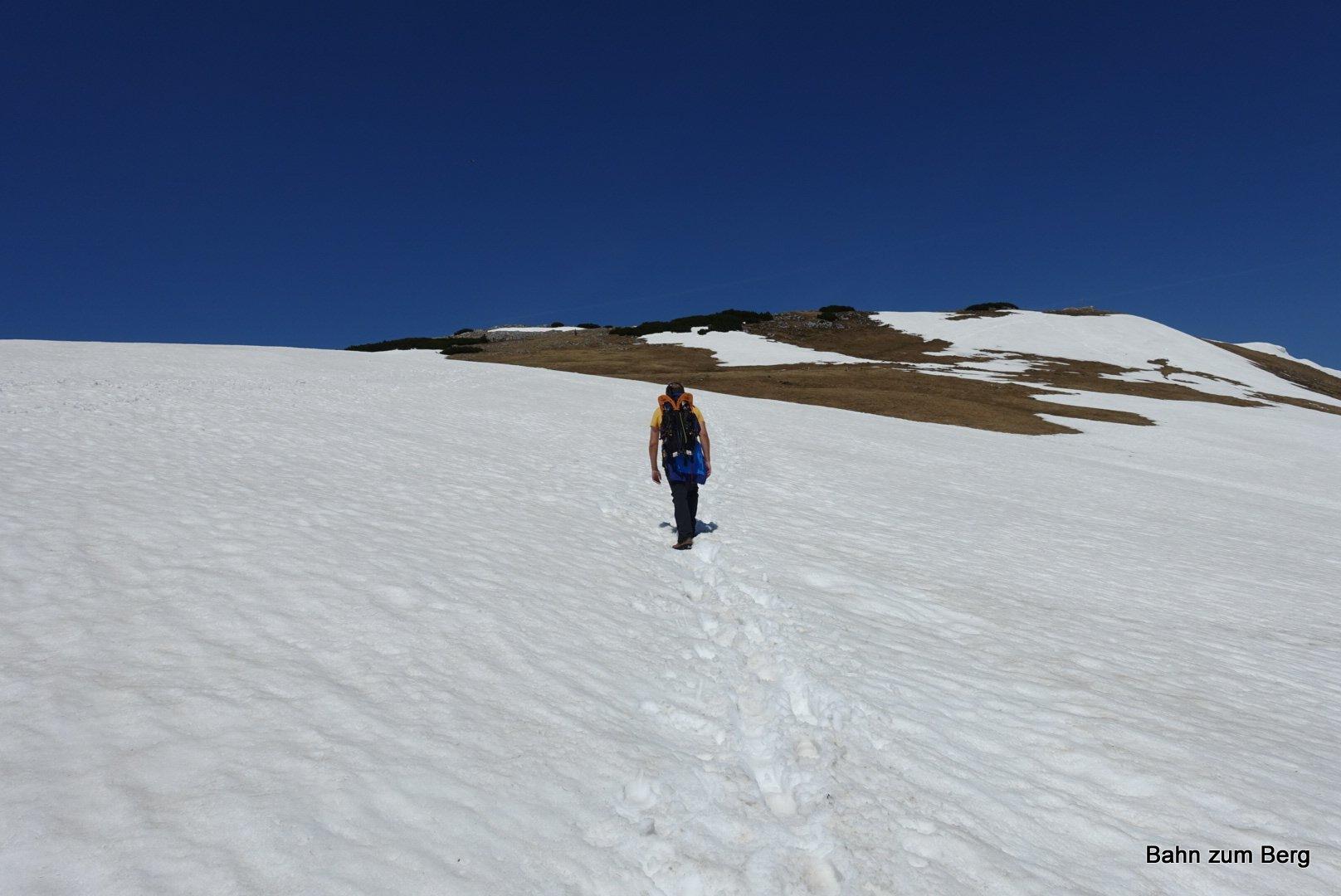 Vor dem Gipfel ist ein großes, aber flaches Schneefeld