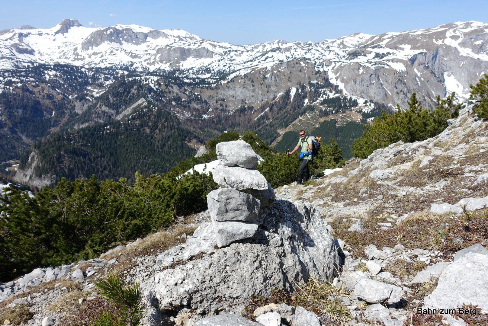 Steinmänner weisen oben den Weg am Grat entlang