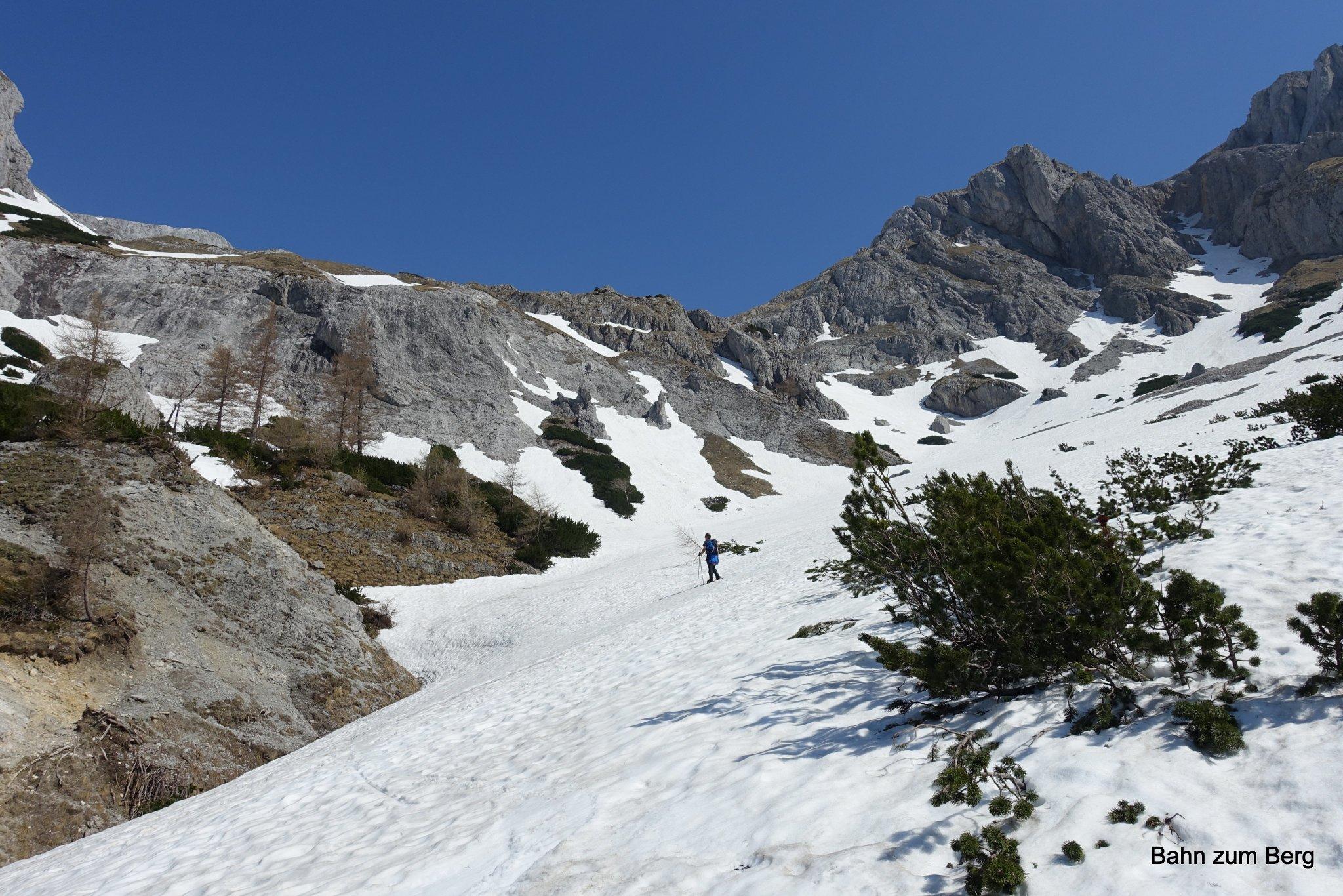 Ganz im Talschluß des Trawiestals liegt schon noch viel Schnee