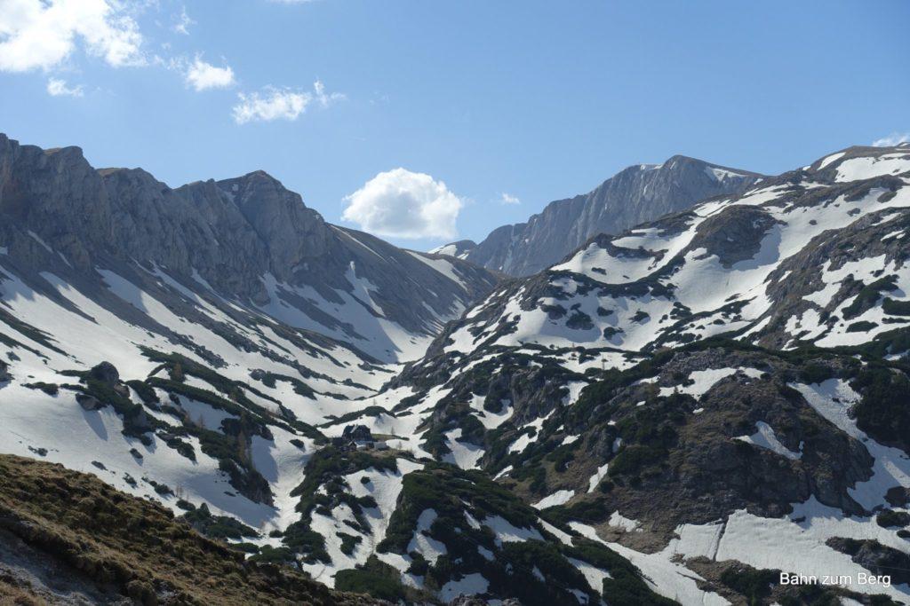 Vom Fölzsattel sieht man die Voisthalerhütte, die Obere Dullwitz entlang und den Hochschwabgipfel.
