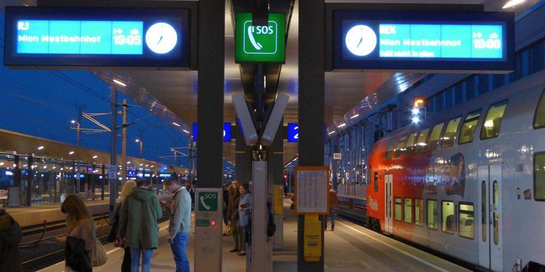 Ein Bahnsteig, zwei Geschwindigkeiten: Links in 30min, rechts in 60min zum Westbahnhof.