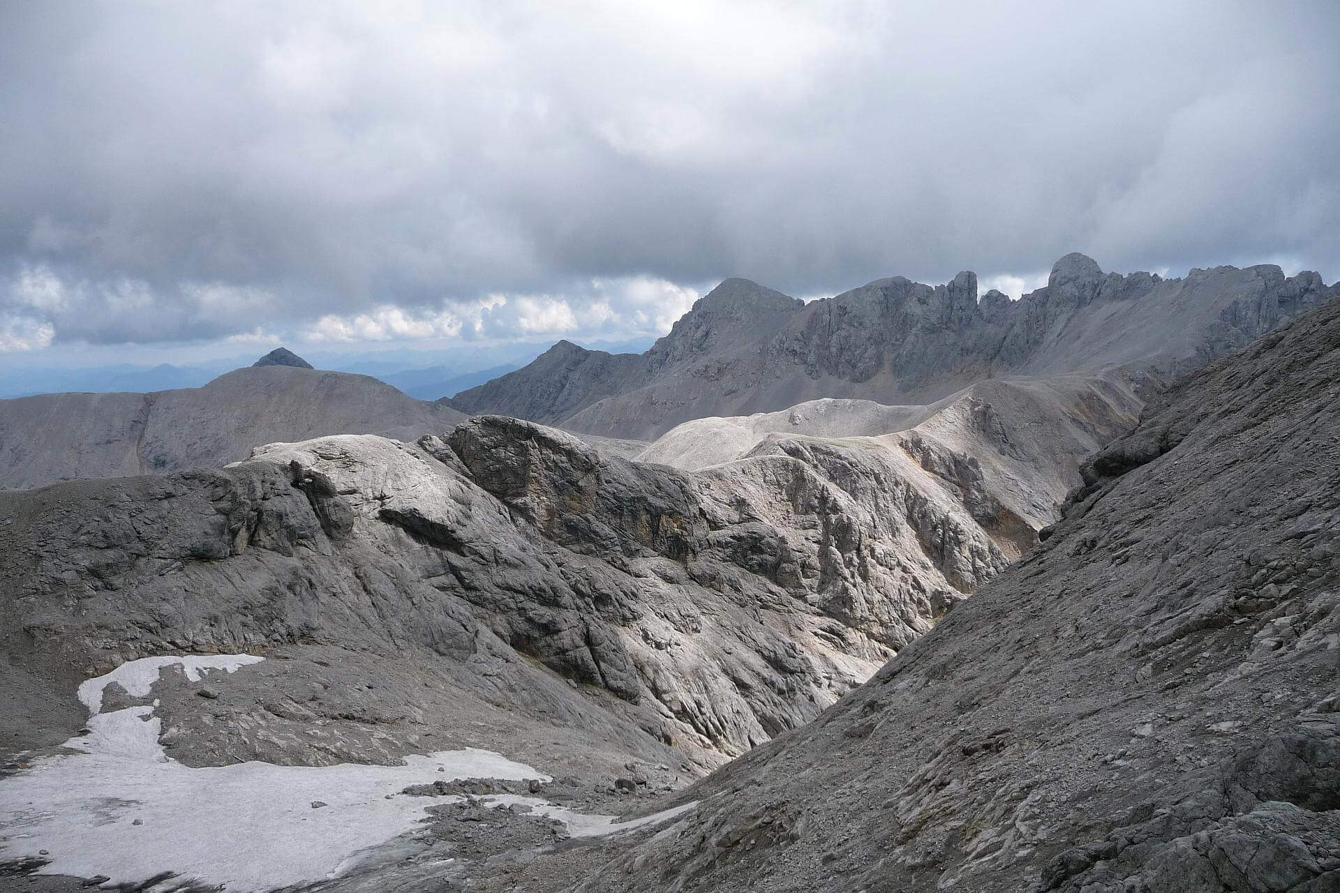 Blick zurück von halber Höhe auf die Austria Scharte: Links unten der Edelrießgletscher, hinten der Ramsauer Klettersteig.