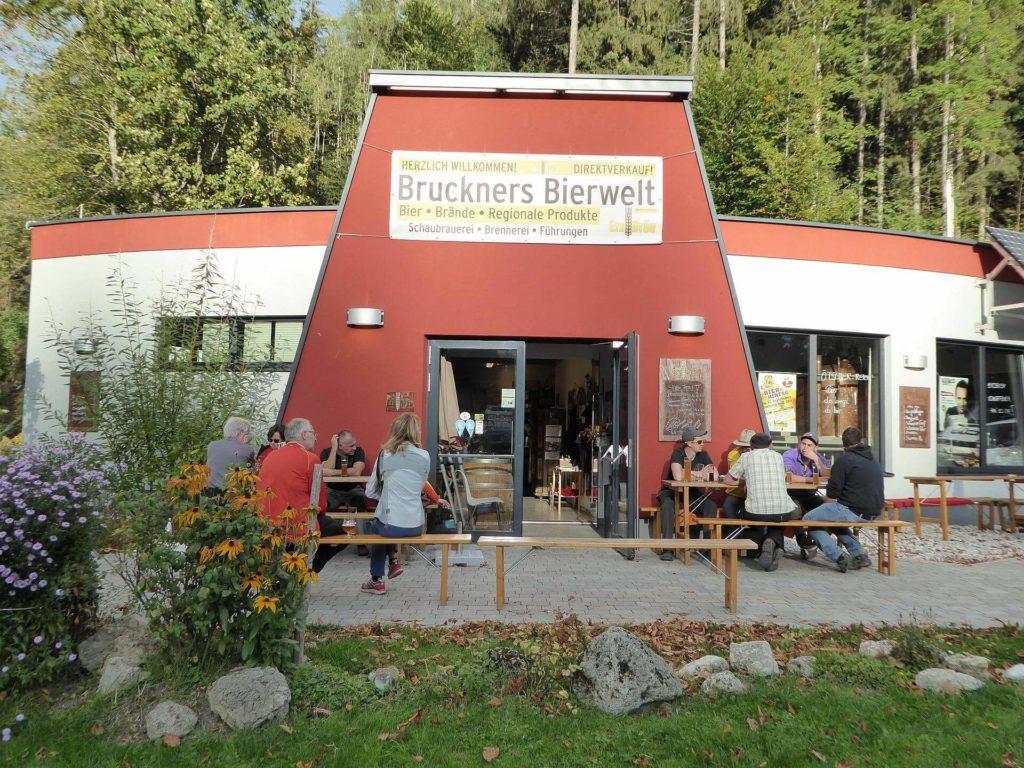 Bushaltestelle bei Bruckners Bierwelt.