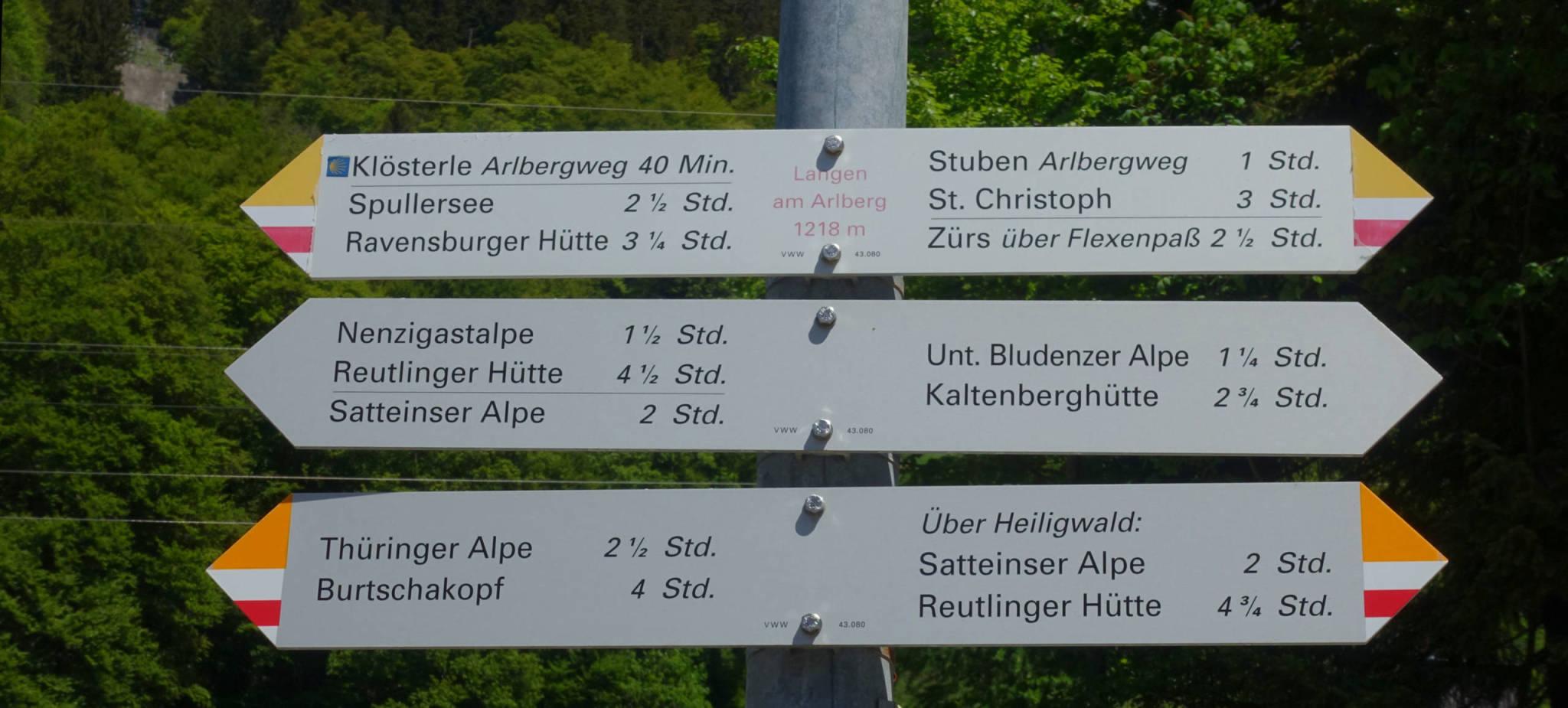 Von Langen folgen wir zuerst dem Weg Richtung Spullersee (Foto: Peter Backé)