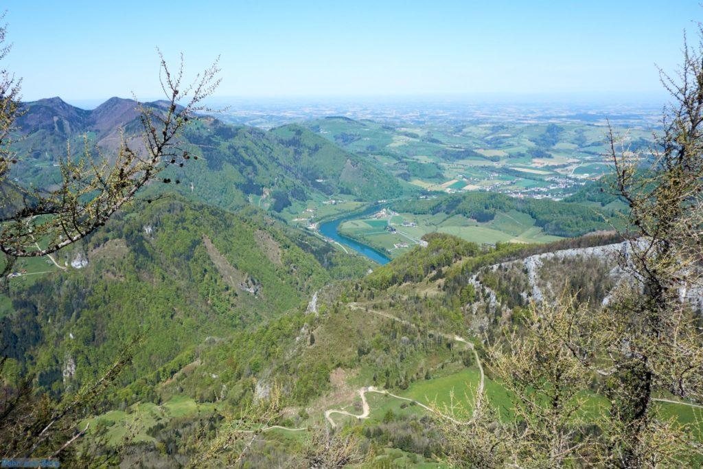 Ausblick vom Gipfel Richtung Norden, zum Bahnhof Trattenbach hinunter. Foto: Martin Heppner