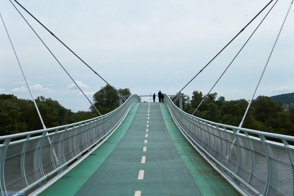 Fußgänger- und Fahrradbrücke über die March.