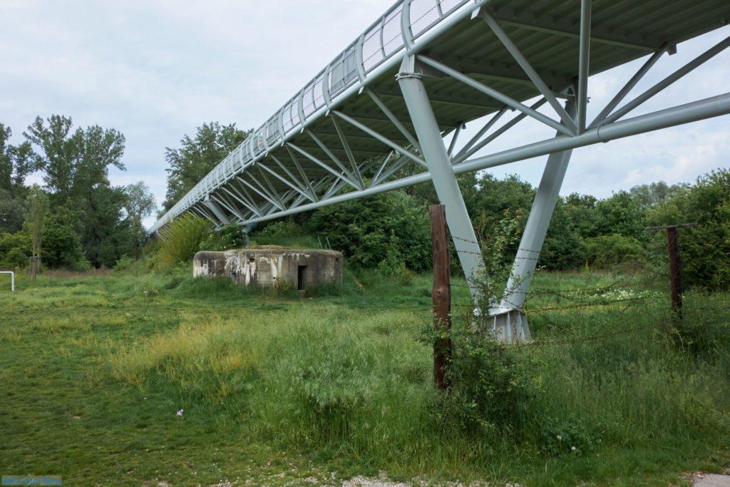 Unter der Brücke gibt es noch Bunker und einen Teil des Eisernen Vorhangs.