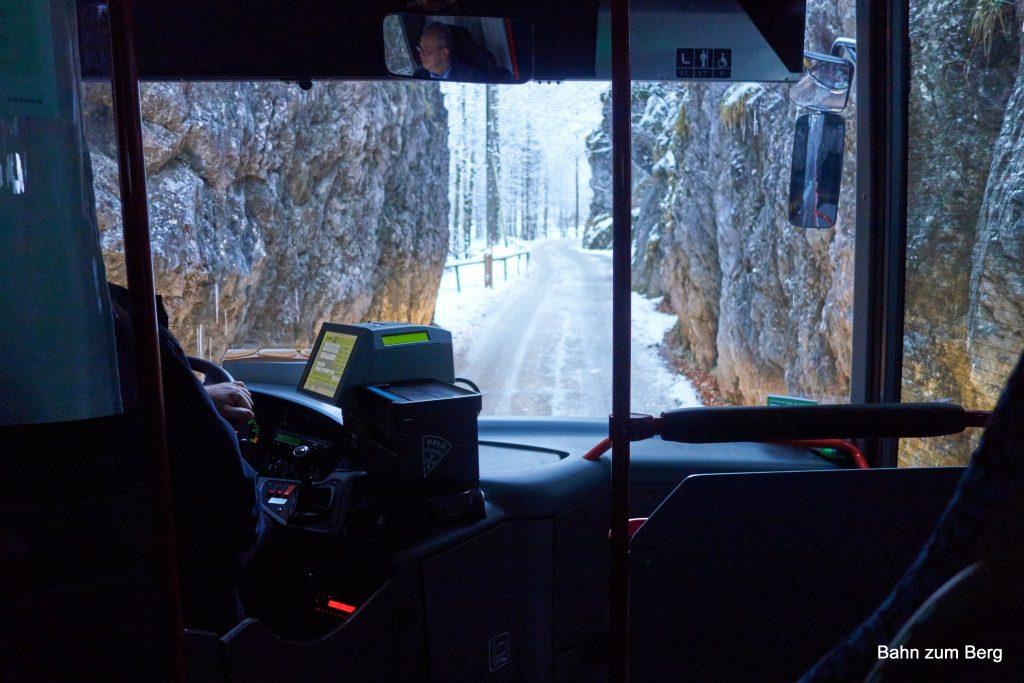 Mit dem Bus durch die Engstelle des Naßbach nach Hinternaßwald.