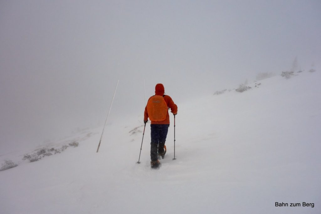 Auf der Südseite ist der Weg auch für den Winter durch Stangen optimal markiert!