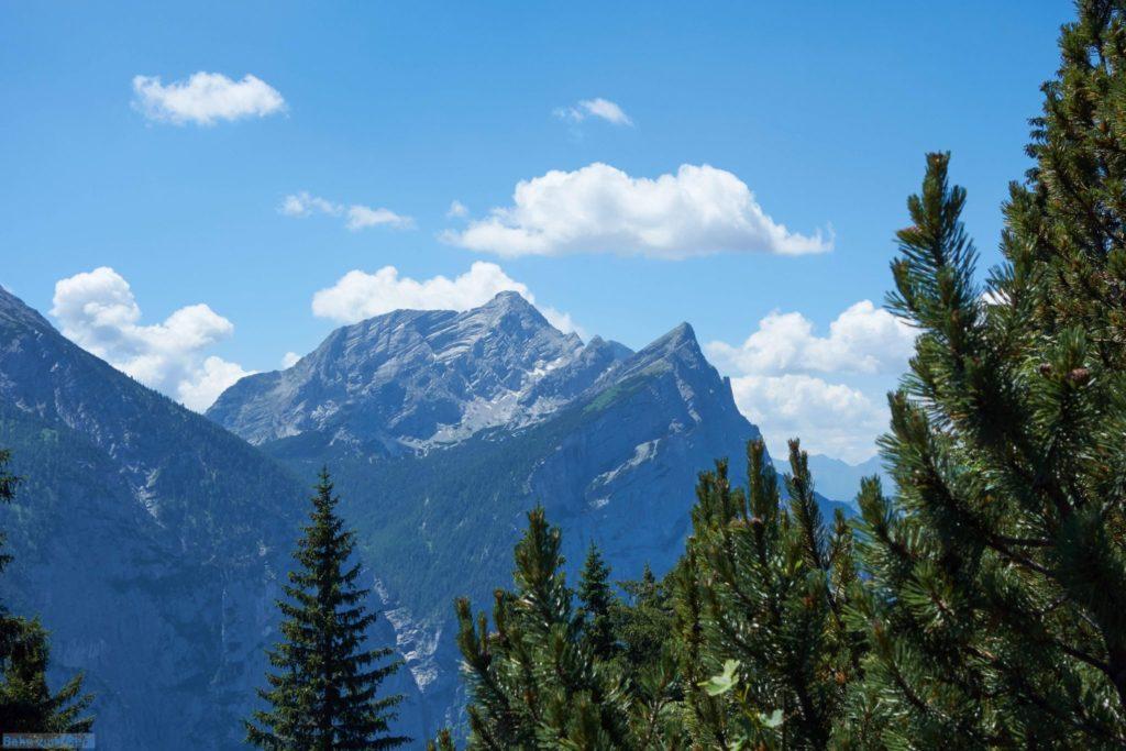 Man hat zwischen den Bäumen immer wieder einen tollen 180° Ausblick - hier auf das Hochtor.