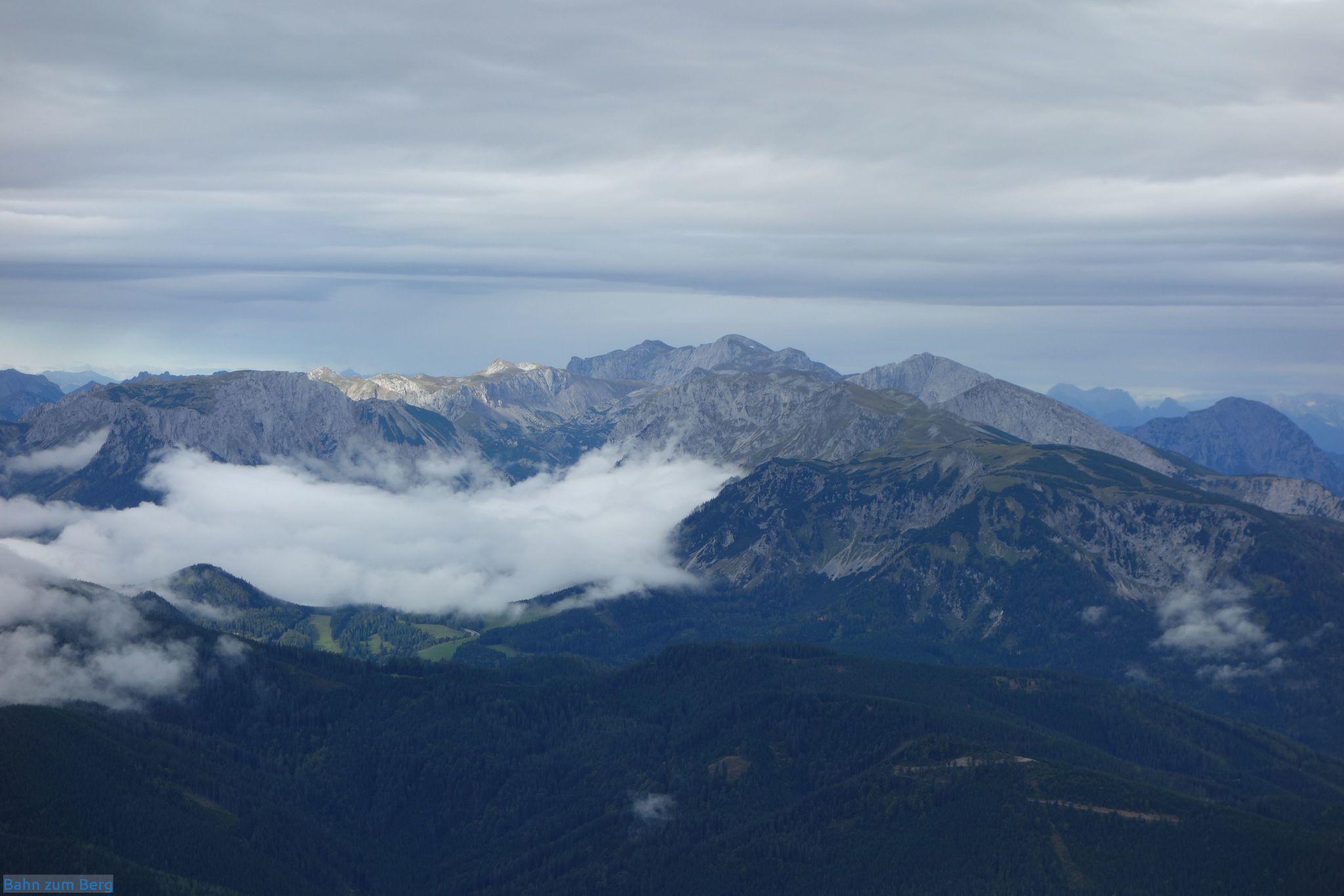 Blick zum Hochschwab hinüber. Die Voisthalerhütte ist über der Nebelgrenze.