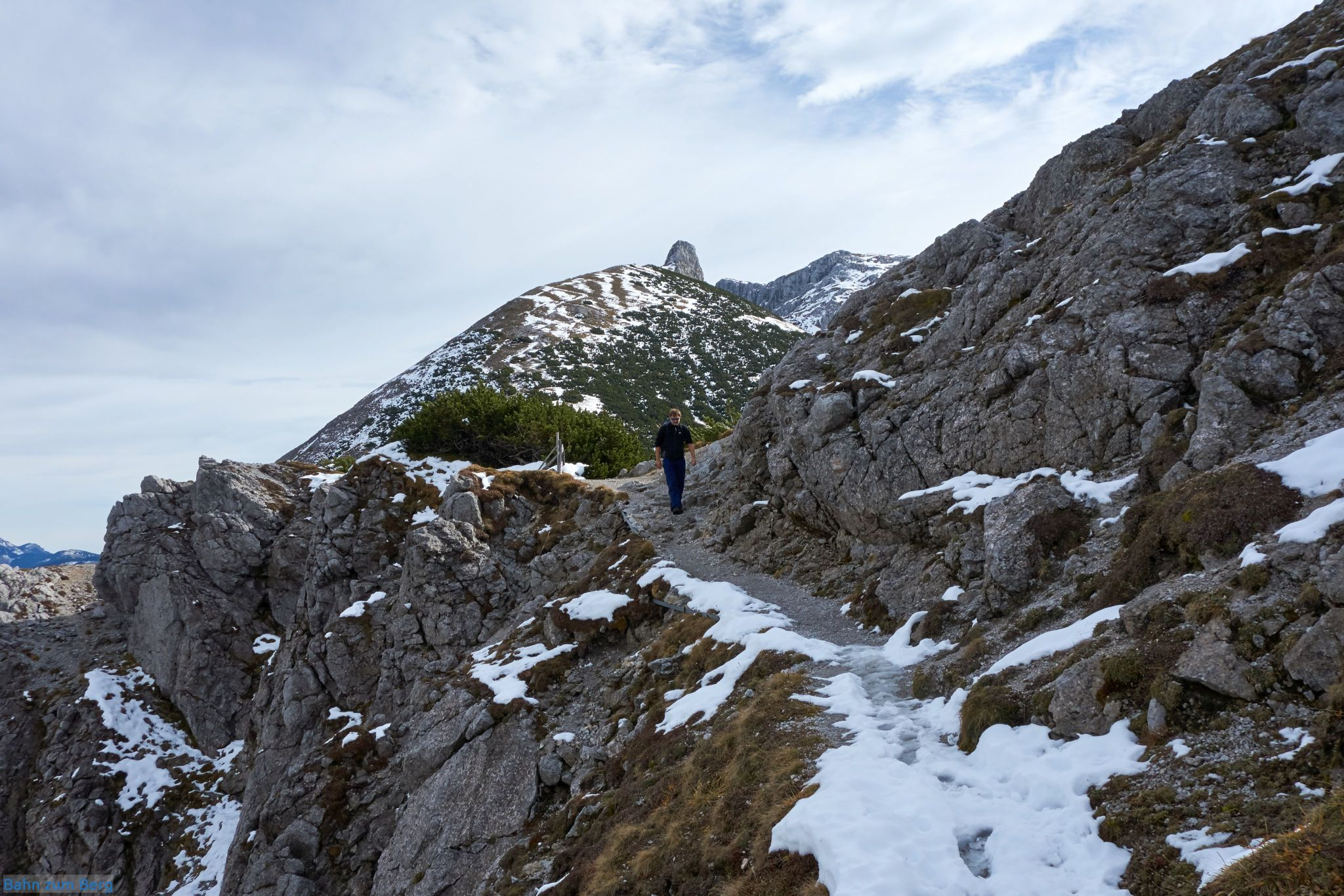 Beginn des Ochsensteigs vom Fölzsattel zur Voisthalerhütte hinunter.
