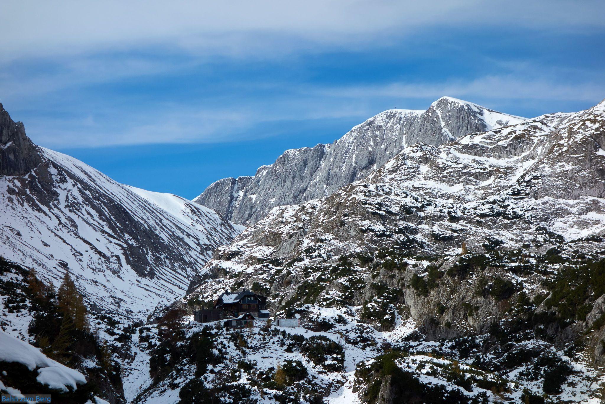 Links unten (dunkelbraun) die Voisthalerhütte, rechts oben das Gipfelkreuz des Hochschwabs.