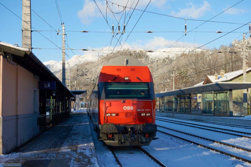 Im Bahnhof Payerbach-Reichenau, mit der Rax im Hintergrund.