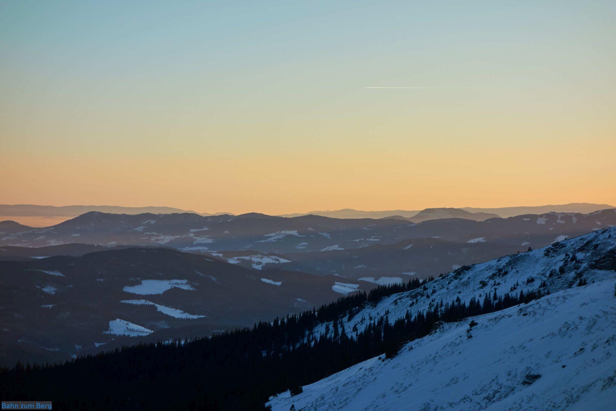Blick nach Südwest vom Stuhleck: Rechts der Schöckl, links ganz im Hintergrund links das Bachergebirge in Slowenien.