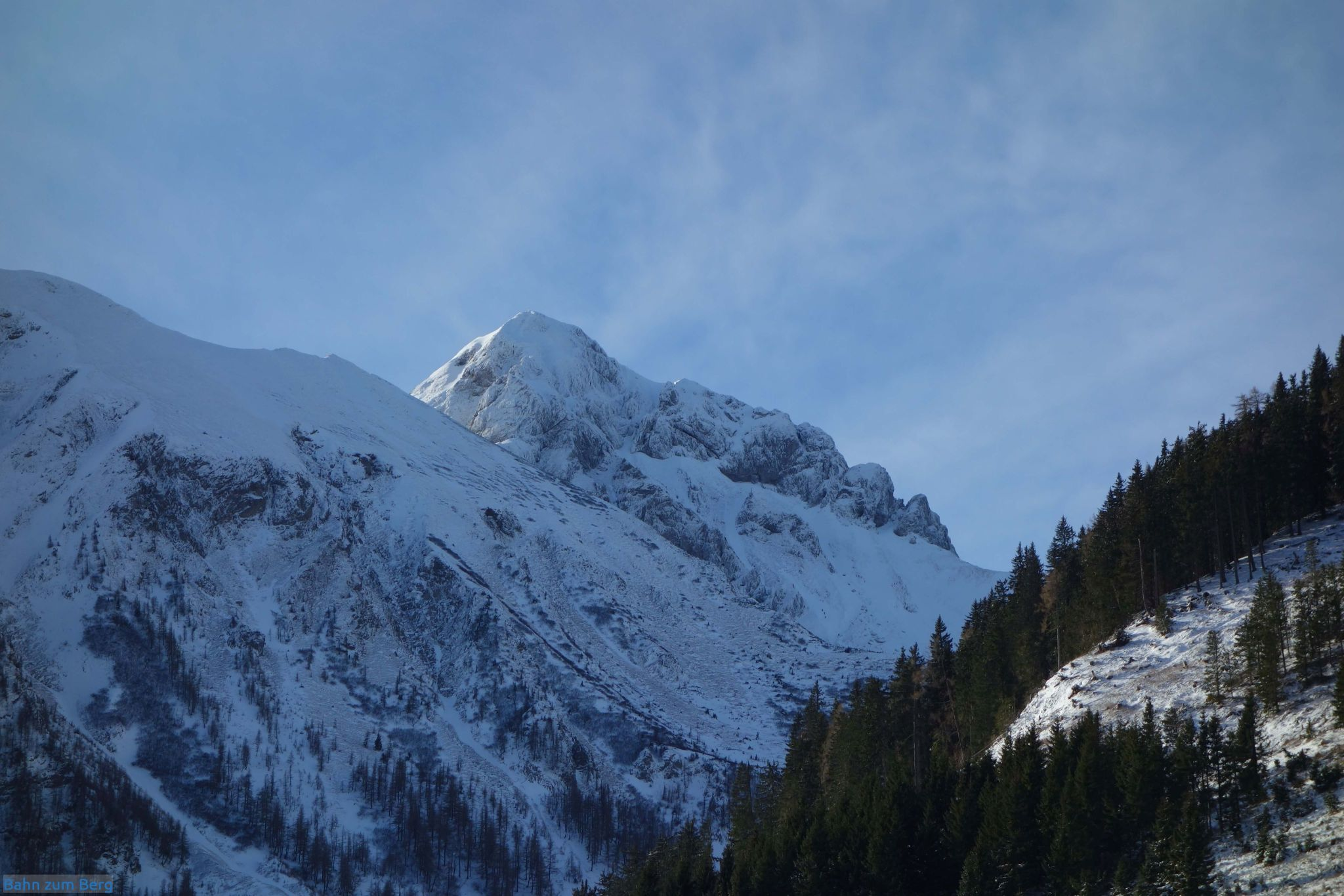 Schöner Blick auf den Eisenberger Reichenstein. Man kann 4 Schitourengeher am Weg Richtung NO-Rinne, direkt über den Ausläufern des Grüblzinken sehen.