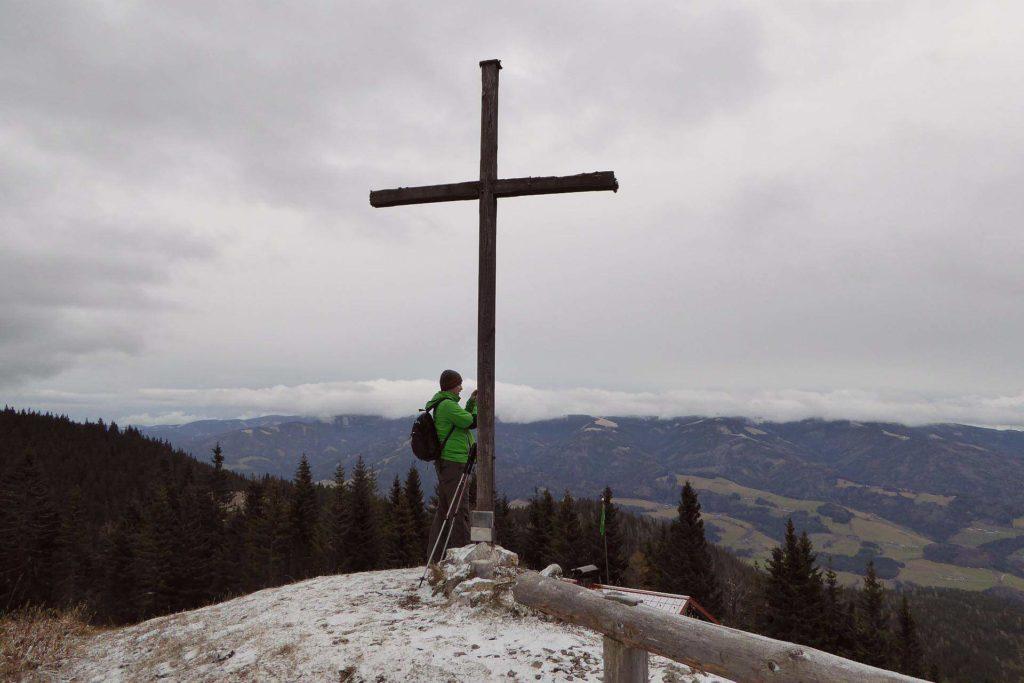 Am Gipfel der Großen Scheibe. Unten die Scheibenhütte, hinten im Nebel das Stuhleck.