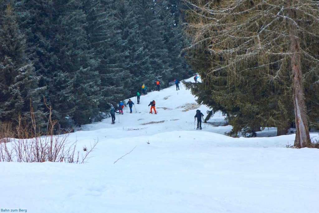Das letzte Stück auf den Kaarl ist eine grössere Gruppe Schneeschuhwanderer vor uns.
