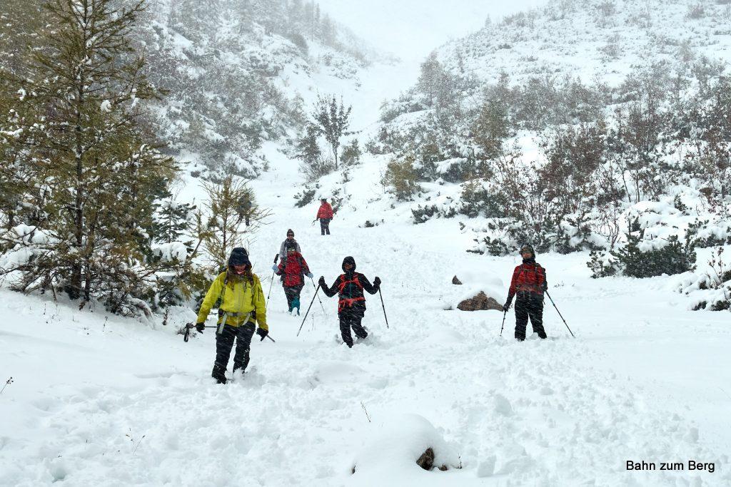 Im unteren Teil des Karlgraben laufen wir im Schnee hinunter. Foto: Martin Heppner