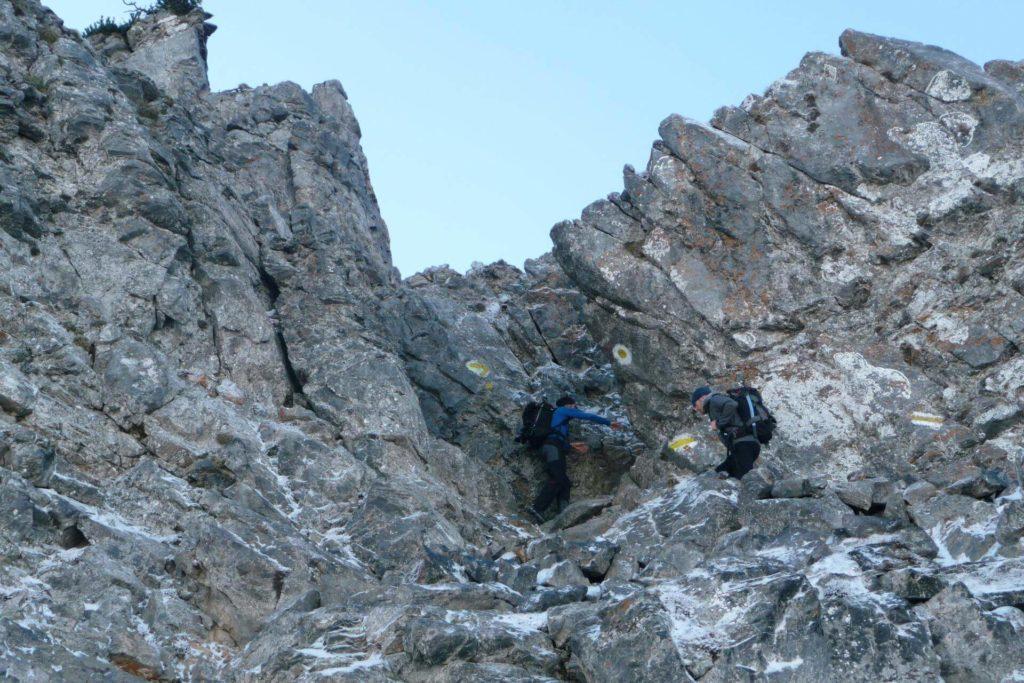 Kletterstelle, die am gut markierten Fadensteig zwischen den Felsen durchführt.