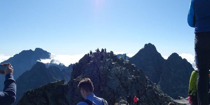 Viele Leute am Gipfel des Rysy