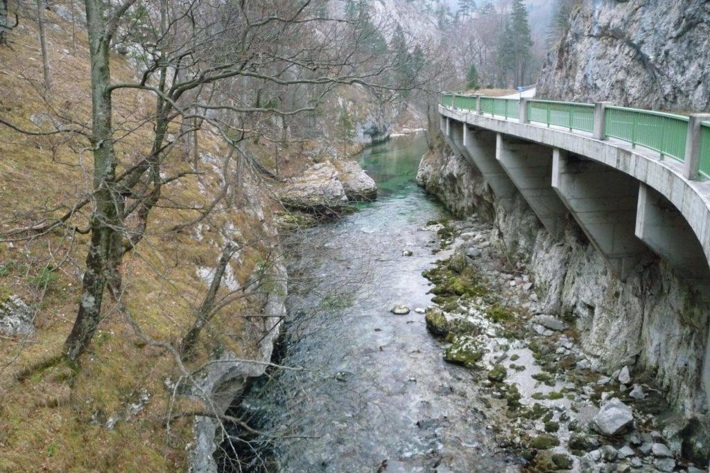 Vom Parkplatz Stadelwandgraben geht es etwa 2km die Schwarza flussabwärts nach Kaiserbrunn an der Straße entlang.
