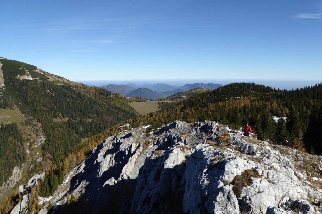 Blick Richtung Gutensteiner Alpen. In der Mitte am Sattel die Station Baumgartner, von der aus man herüber gehen kann.