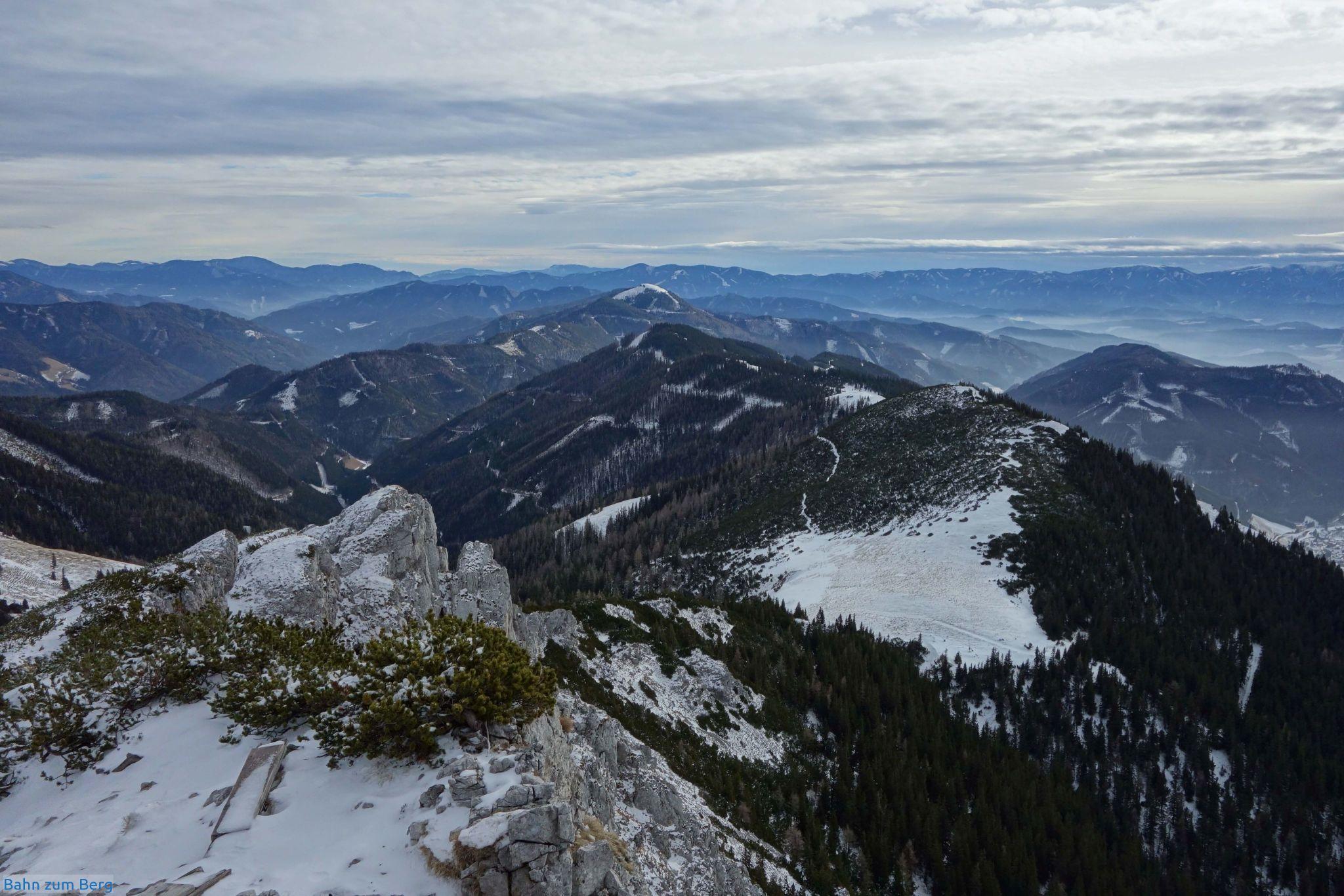Vom Gipfel der Leobner Mauer aus sieht man fast den ganzen Weg über den Kohlbergrücken bis nach Vordernberg.
