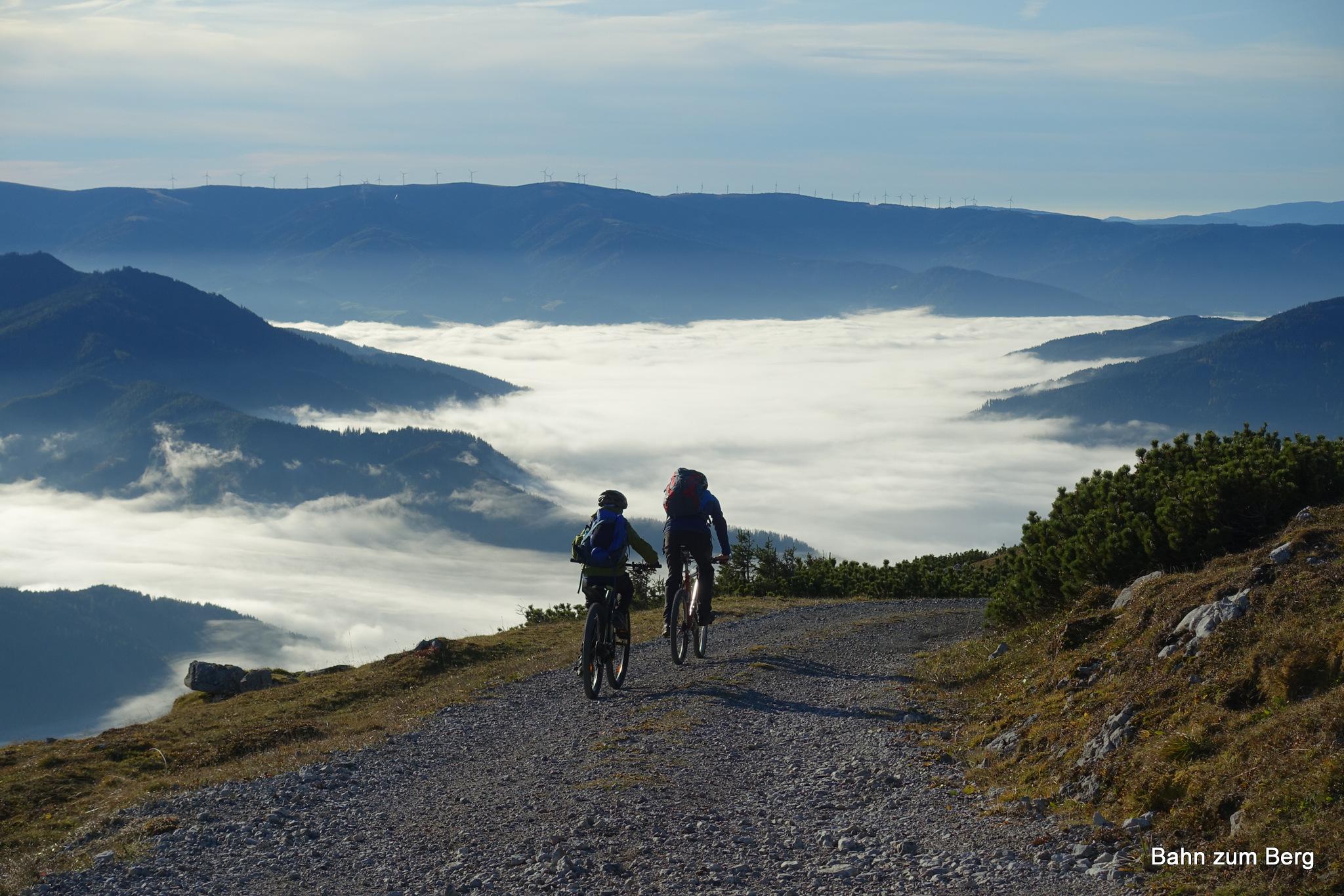 Im Tal liegt dichter Nebel