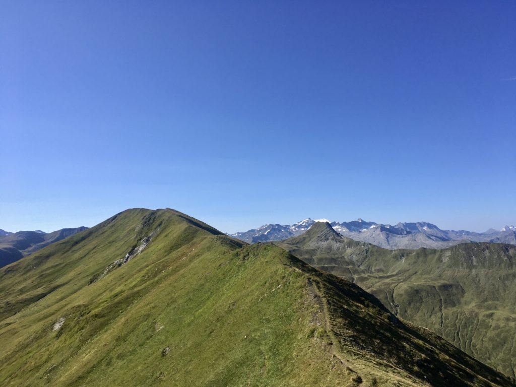 Über den grasigen Kamm des Schierecks wandern ist ein Genuß. Foto Veronika Schöll