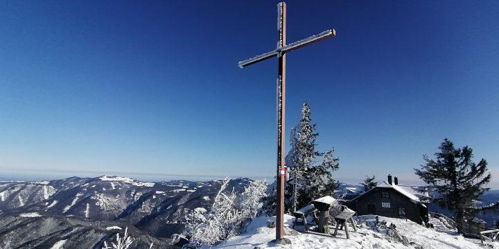 Das Gipfelkreuz auf 1.372 Meter. Foto: Peter Ofner