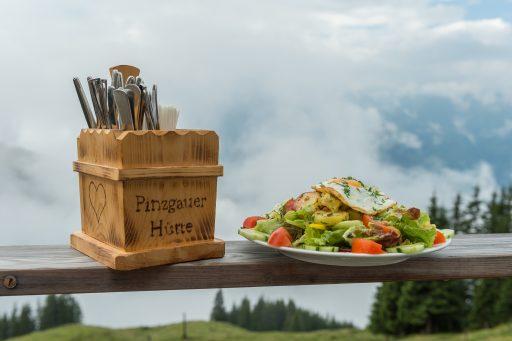 Essen auf der Pinzgauer Hütte. Foto: Alfred Leitgeb