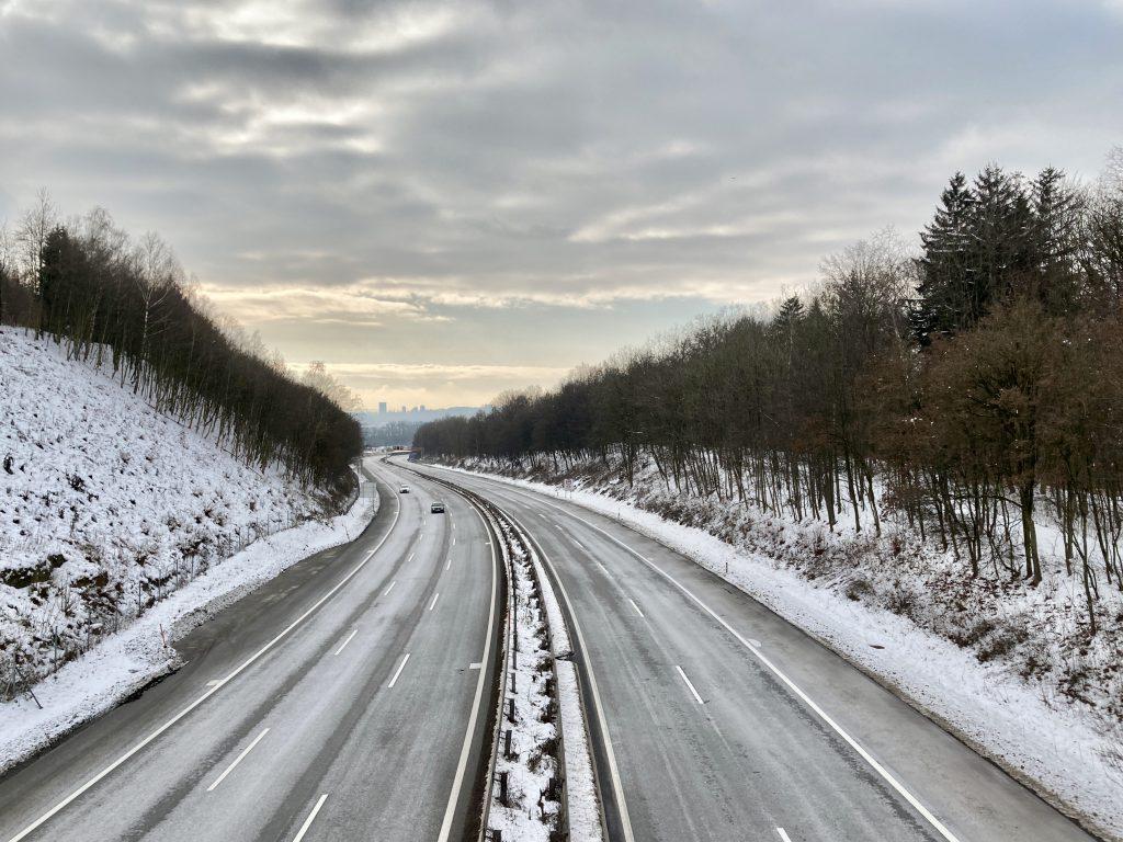 Brücke über die Mühlkreisautobahn mit Blick nach Linz. Foto: Stefan Hochhold