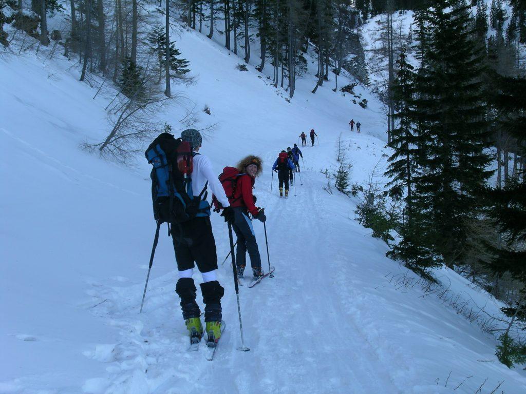 Auf dem Fadenweg Querung unter den Fadenwänden. Foto: Alpenverein Edelweiss