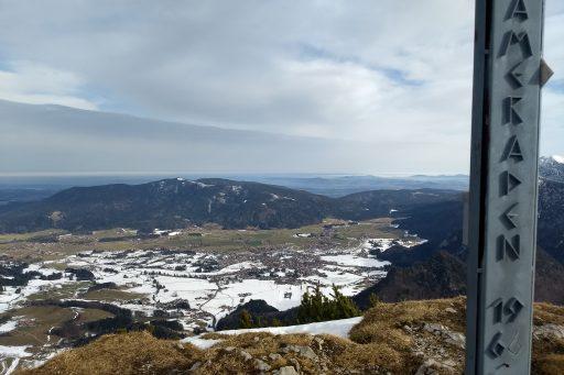 Tiefblick in den Talkessel von Inzell im Hintergrund der Teisenberg. Foto: Nikolaus Vogl