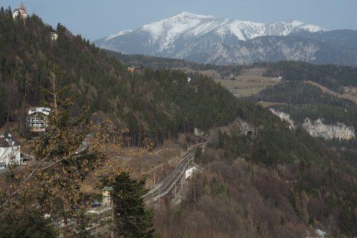 Blick über den Bahnhof zum Schneeberg. Foto: Gerold Petritsch