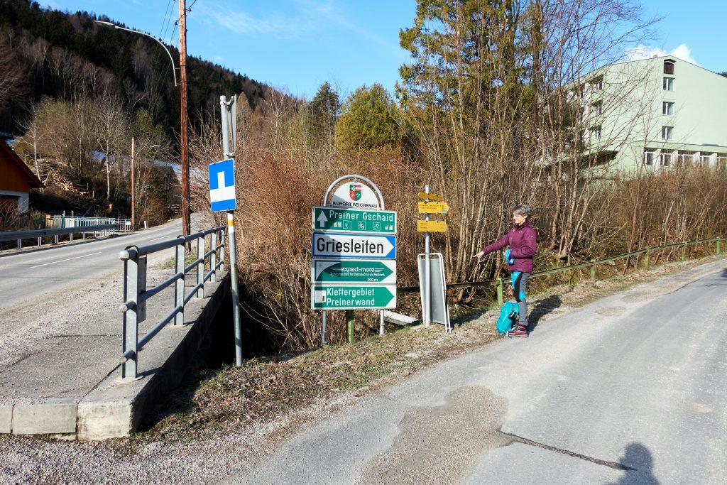 Wegweiser zum Waxriegelkamm  und Hinweiser für den Ausreisetest aus dem Bezirk Neunkirchen, Foto Martin Heppner