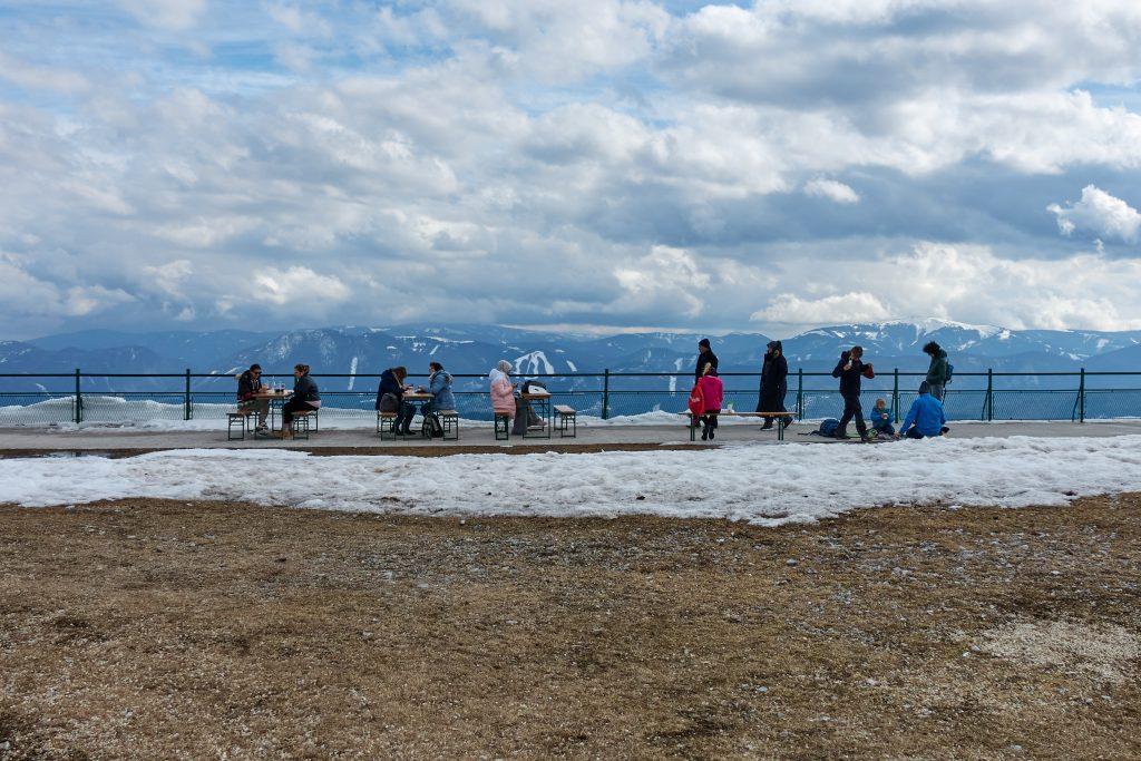 Raxseilbahn-Bergstation. Corona-konformes Chillen mit Aussicht. Foto Martin Heppner