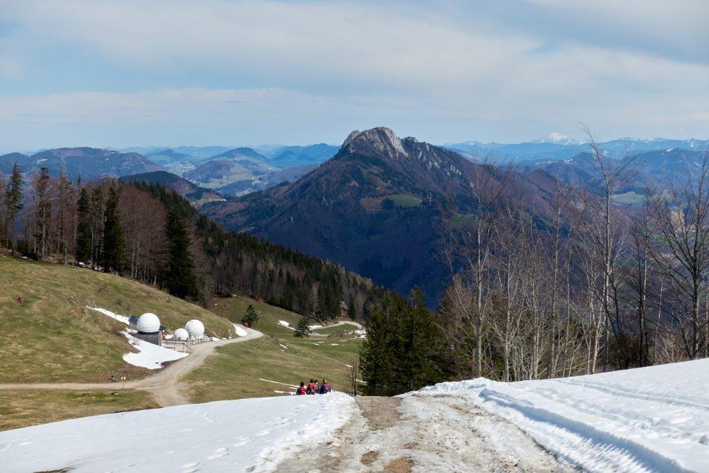 Abstieg Richtung Losenstein, den Schieferstein und ganz hinten den Ötscher im Blick. Foto Martin Heppner