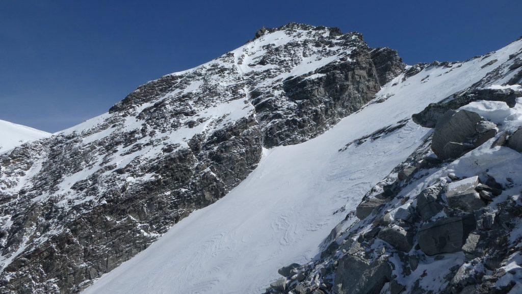 Blick zum Gipfel des Ankogels. Die Flanke im Vordergrund wird vom Kleinen Ankogel her abgefahren. Foto: Karl Plohovich