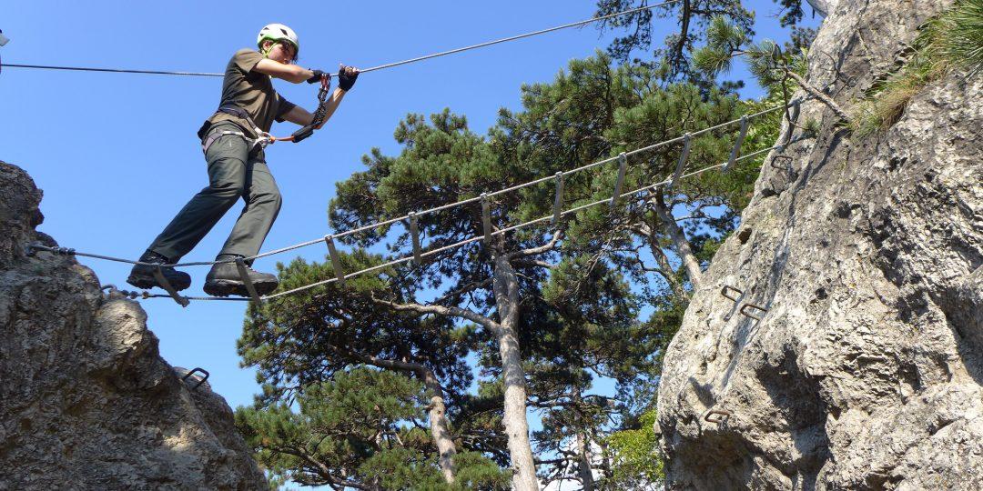 Auf der kurzen Seilbrücke. Foto: Alpenverein Edelweiss