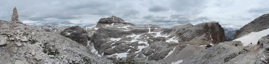 Blick ins Sellamassiv mit dem Piz Boè (3.152 Meter), rechts das Rifugio Forcella Pordoi mit der Pordoi Scharte. Foto: Konrad Gwiggner