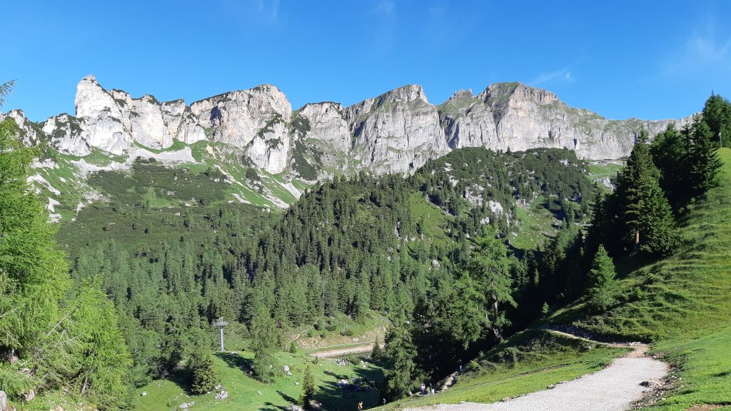 Von der Bergstation aus erblickt man westwärts den Dalfazer Kamm, welcher im Bild links mit der Rotspitze beginnt. Foto: Konrad Gwiggner