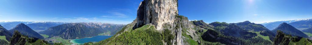 360° Panorama: Links der Karwendel mit dem Achensee, in der Mitte der Pfeiler von der Rotspitze und rechts der Rofan. Foto: Konrad Gwiggner