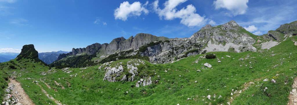 Auf dem Rückweg zur Bergbahn: links der einsame Gschöllkopf und rechts davon der Dalfazer Kamm mit Rotspitze, Dalfazer Roßkopf und Dalfazer Joch, danach der Streichkopf und die Hochiss, unsere 5 heutigen Gipfel. Foto: Konrad Gwiggner