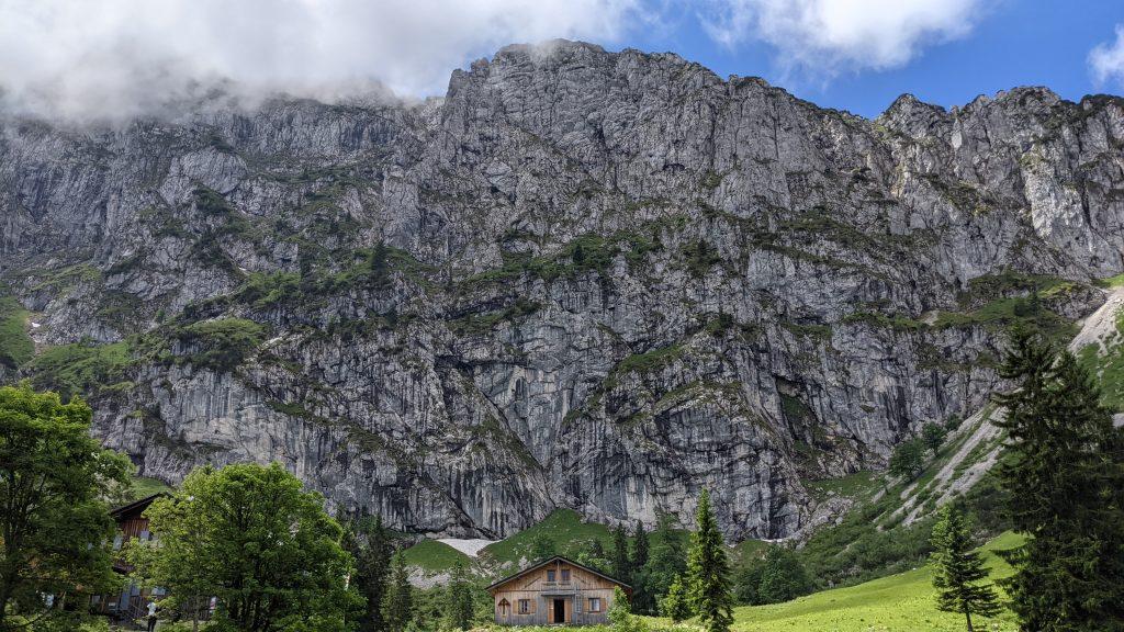 Da versteht man, warum unser Ziel Benediktenwand heißt. Foto: Tobias Hecht